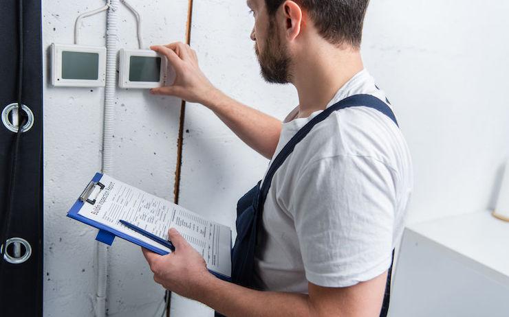 Ablauf Alarmanlagen-Installation - Bild Handwerker
